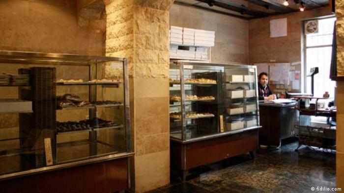 هانس، قنادی قدیمی، پرطرفدار و عرضه کننده شیرینیهای خوشمزه در تهران است که از سال ۱۳۴۲ در محله کریمخان فعالیت میکند. این قنادی شعبه دیگری نیز در محدوده ونک دارد. شیرینی بادام و عسل و تارتهای قنادی هانس از شهرت زیادی برخوردارند.