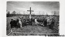 Радуница в одной из белорусских деревень в зоне отчуждения - люди на кладбище