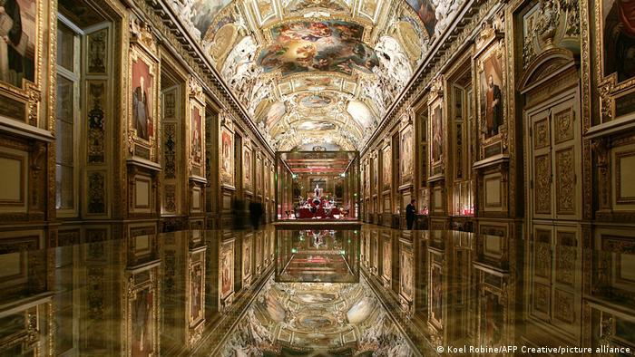 بیشتر آثار عرضهشده در این تور از فرانسه، ایتالیا و هلند است. این آثار فقط نقاشیهای کلاسیک نیستند بلکه هنر معاصر مانند عکسهای کاندیدا هوفر، عکاس هنرمند آلمانی، هم در معرض دید شما قرار میگیرد. آدرس اینترنتی تور مجازی: https://collections.louvre.fr