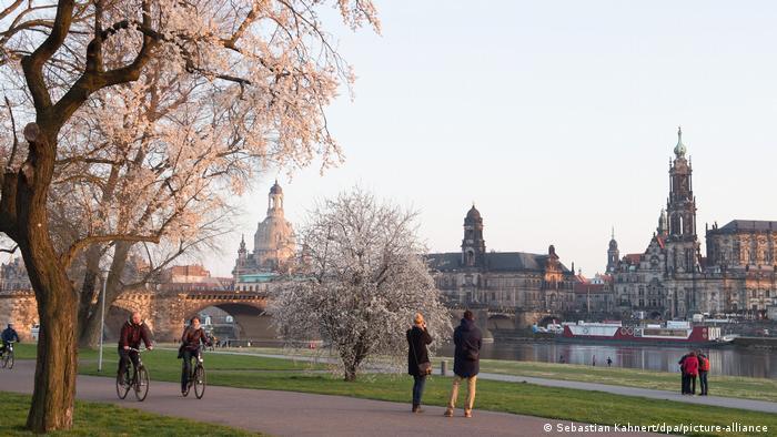Šetači i biciklisti u Dresdenu 26. 3. 2021.