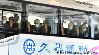 Эксперты ВОЗ в автобусе в китайском Ухане