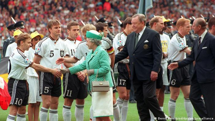 BG Prinz Philip Herzog Duke of Edinburgh | Fußball-EM '96: Queen Elizabeth II. begrüßt die Spieler