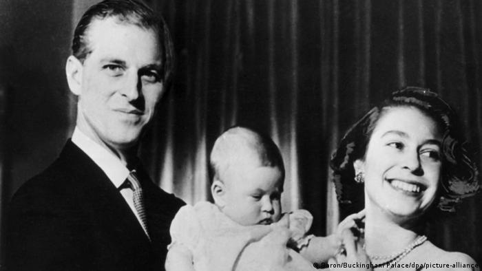 La reina Isabel II y el príncipe Felipe, con el príncipe Carlos, en 1949.