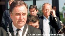 02.04.2001 IOV-Präsident Juan Antonio Samaranch (r) und der ehemalige Chef des Bosnischen Olympischen Komitees, Bogic Bogicevic, treffen zu einer Pressekonferenz am 02.04.2001 in Sarajevo ein. Samaranch, der nach 21 Jahren an der Spitze des IOC von seinem Amt zurücktreten wird, stattet Sarajevo einen Abschiedsbesuch ab. Die Stadt will sich um die Winterspiele 2010 bewerben, nachdem sie bereits 1984 Ausrichter war.