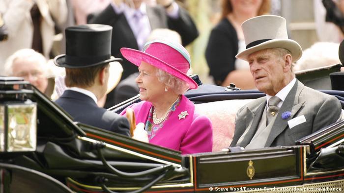 ملکه الیزابت از خبر درگذشت همسرش ابراز تاسف بسیار کرده است. او در سال ۱۹۴۷، پیش از آنکه به عنوان ملکه فرمانروایی بریتانیا را برعهده گیرد با شاهزاده فیلیپ ازدواج کرد. فیلیپ در واپسین سالهای عمر خود بیمار بود. گفته میشود که یک ماه پیش از بیمارستان مرخص شده بود.