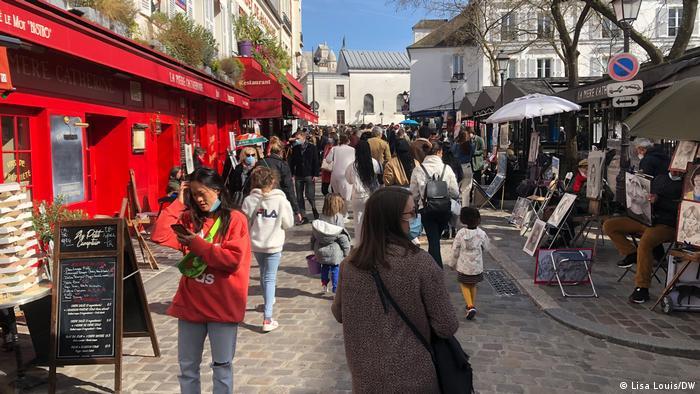 Les gens dans une rue de Paris