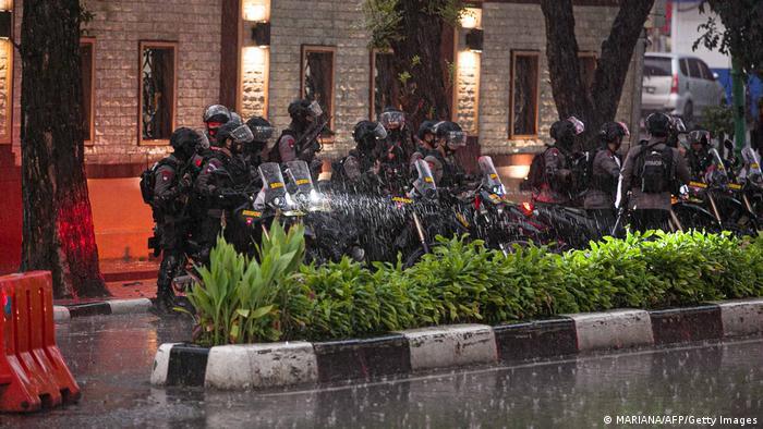 Polisi berjaga di Mabes Polri, Jakarta, usai penembakan pada Rabu, 31 Maret 2021.