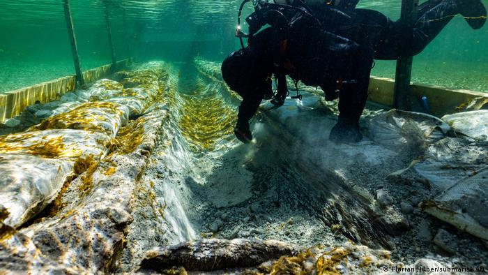 Ein Taucher arbeitet im Rahmen der Operation am Bodensee an dem Fund.