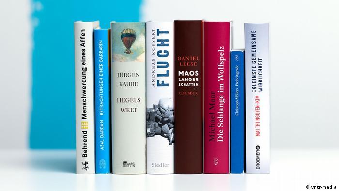 Die acht nominierten Bücher stehen nebeneinander