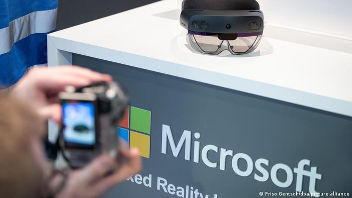 Ilustrasi headset augmented reality buatan Microsoft