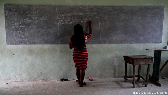 Женщина пишет мелом на доске