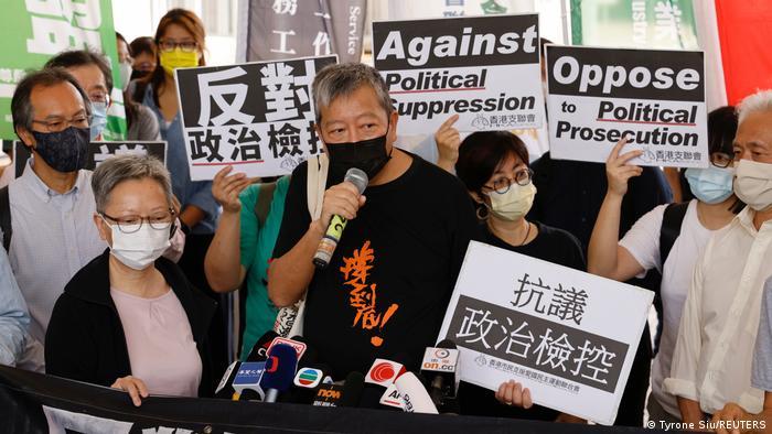 O ativista pela democracia de Hong Kong Lee Cheuk-yan fala à imprensa em frente a um tribunal de Hong Kong