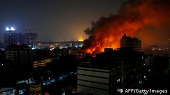 Sebuah pusat perbelanjaan di Yangon hangus dilalap api pada Kamis (1/2) pagi.