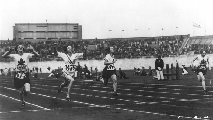 با افزایش فشارها کمیته بینالمللی المپیک بالاخره تصمیم گرفت بهصورت آزمایشی در المپیک آمستردام در سال ۱۹۲۸ به چهار رشته دو و میدانی زنان اجازه حضور بدهد: یکصد متر، ۸۰۰ متر، ۴ در ۱۰۰ متر امدادی، پرش ارتفاع و پرتاب دیسک. تصویر: اولین رقابت دو ۱۰۰ متر المپیک در رشته دو و میدانی زنان با پیروزی ورزشکار شماره ۸۷۹ ، روبینسون به پایان رسید.