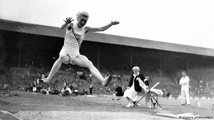 رشته پرش طول از همان نخستین دوره در سال ۱۸۹۶ برای مردان رشتهای المپیکی بود، زنان اما تازه در المپیک سال ۱۹۴۸ لندن اجازه پرش یافتند. تصویر: اولگا گیارماتی از مجارستان با ۵ متر و ۶۹ سانتیمتر برنده اولین مدال طلای المپیک در رشته پرش طول.