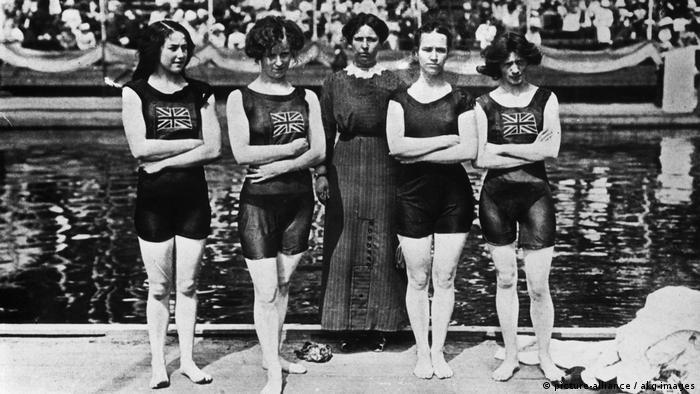 در المپیک سال ۱۹۱۲ استکهلم سوئد، زنان نیز اجازه پیدا کردند در رشتههای شنا به رقابت بپردازند. تیم ملی بریتانیا (عکس) برنده مدال طلا شد.