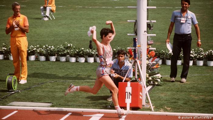 شاید تعجببرانگیر باشد که از المپیکی شدن برخی از رشتهها همچون ماراتن برای زنان مدت زمان زیادی نمیگذرد. دو ماراتن زنان برای اولین بار در المپیک لسآنجلس در سال ۱۹۸۴ برگزار شد. تصویر: ژوئن بنوا، ورزشکار آمریکایی با ۲ ساعت و ۲۴ دقیقه و ۵۲ ثانیه اولین مدال طلای دو ماراتن در المپیک را به گردن آویخت.
