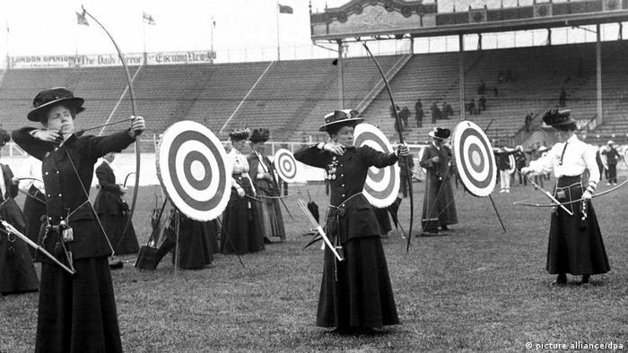 در سال ۱۹۰۴ میلادی تیراندازی با کمان نیز به رقابتهای المپیک سنت لوئیس آمریکا افزوده شد و زنان در این دوره در رشتههای تنیس و تیراندازی با کمان اجازه شرکت داشتند.