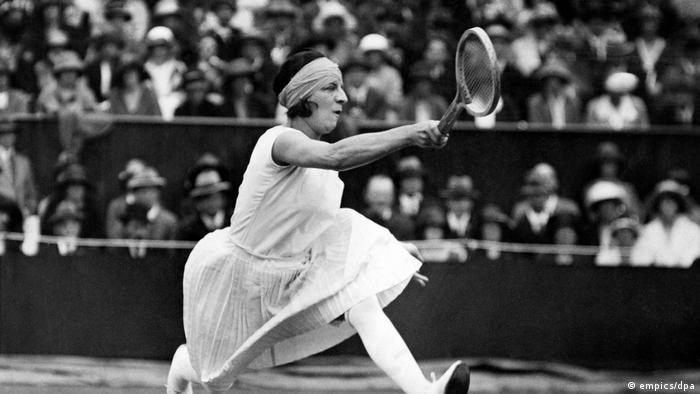 تنیس زنان از نخستین رشتههای وزرشی بود که به میادین المپیک راه یافت. جالب اینکه زنان در سال ۱۹۰۰ باید با جوراب بلند، دامن بلند و موی سر پوشیده وارد میدان شده و به رقابت میپرداختند. تصویر: سوزان لونگلن دارنده مدال طلای المپیک سال ۱۹۲۰ که بلژیک میزبانی آن را برعهده داشت.