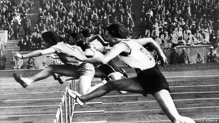 رشته دو با مانع زنان از سال ۱۹۳۲ المپیکی شد و زنان تا سال ۱۹۶۸ مسیر ۸۰ متری را پشت سر میگذاشتند. از سال ۱۹۷۲ مسیر یکصد متر و از المپیک لس آنجلس در سال ۱۹۸۴ مسیر ۴۰۰ متر نیز به آن اضافه شده است. تصویر: دو ۸۰ متر با مانع در المپیک ۱۹۳۶ برلین؛ تربیزوندا والا از ایتالیا مدال طلا را کسب کرد و آنی اشتویر از آلمان به مدال نفر دست یافت.