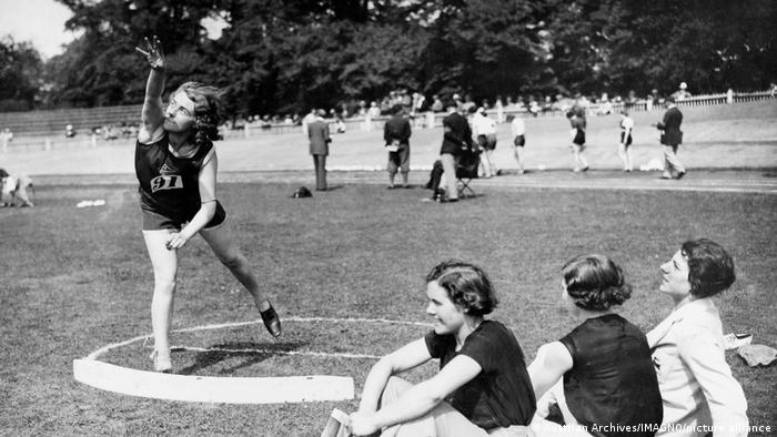 اگر پرتاب وزنه برای مردان از سال ۱۸۹۶ المپیکی بود، زنان از بازیهای المپیک سال ۱۹۴۸ لندن اجازه یافتند در این رشته به رقابت بپردازند.