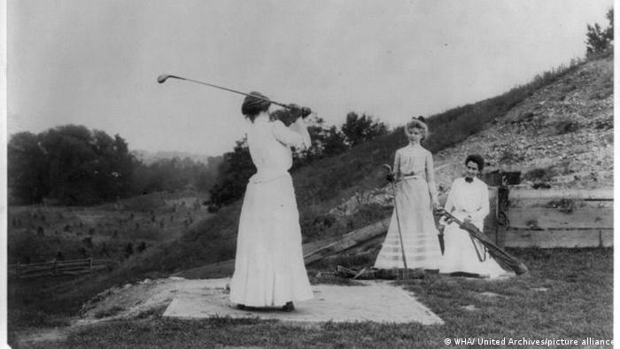 چهار سال بعد در رقابتهای المپیک پاریس در سال ۱۹۰۰ زنان اجازه یافتند در دو رشته گلف و تنیس به میدان بروند.