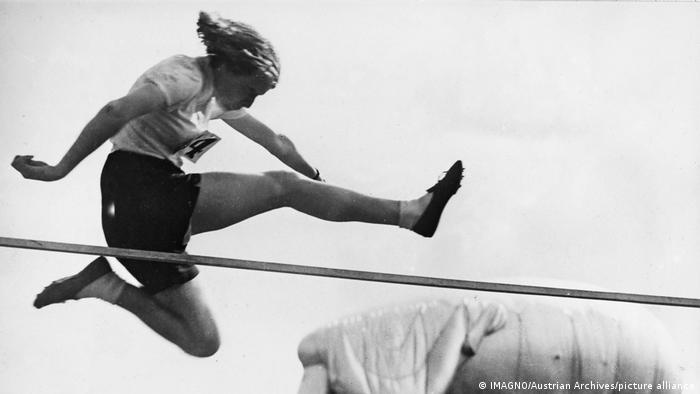 از آنجایی که دعوت از زنان برای شرکت در رقابتهای دو و میدانی المپیک آمستردام دیر انجام شد، ورزشکاران بریتانیایی آن بازیها را بایکوت کردند. این اقدام، اولین بایکوت جنسیتی رقابتهای المپیک بود. در رشته پرش ارتفاع اتل کاتروود از کانادا با بجای گذاشتن رکورد جهانی جدید اولین قهرمانی المپیک زنان در رشته پرش ارتفاع را در سال ۱۹۲۸ به دست آورد.