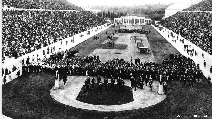 اولین دوره رقابتهای المپیک در تاریخ معاصر در روز ششم آوریل سال ۱۸۹۶ با حضور هفتاد هزار تماشاگر در استادیوم شهر آتن یونان آغاز شد. در این رقابتها، همچون رقابتهای دوران یونان باستان هیچ ورزشکار زنی در میدان حضور نداشت.