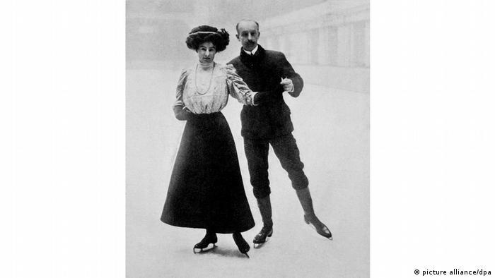 در المپیک سال ۱۹۰۸ لندن نیز اسکیت روی یخ برای زنان مجاز شد. در المپیک لندن ۲ هزار و ۸ ورزشکار از کشورهای مختلف جهان شرکت کردند که تنها ۳۷ نفر آنان زن بودند. تصویر: المپیک سال ۱۹۰۸، فلورانس و ادگار سایرس برندگان مدال برنز در رشته اسکیت روی یخ.