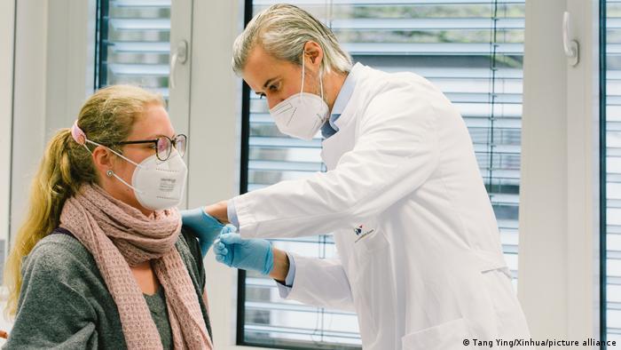 Personal sanitario recibe la vacuna en el Hospital Universitario de Essen el pasado 16 de marzo.