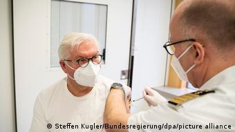 Президенту ФРГ Франку-Вальтеру Штайнмайеру делают прививку от коронавируса