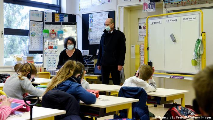 Ученики младшего класса на уроке в школе