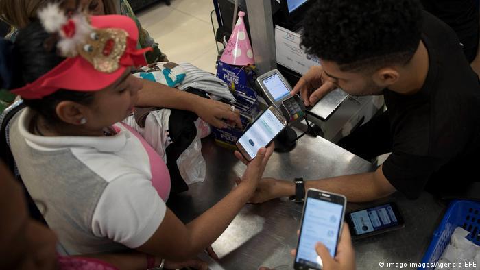 Pagando con petros en una tienda de Caracas.