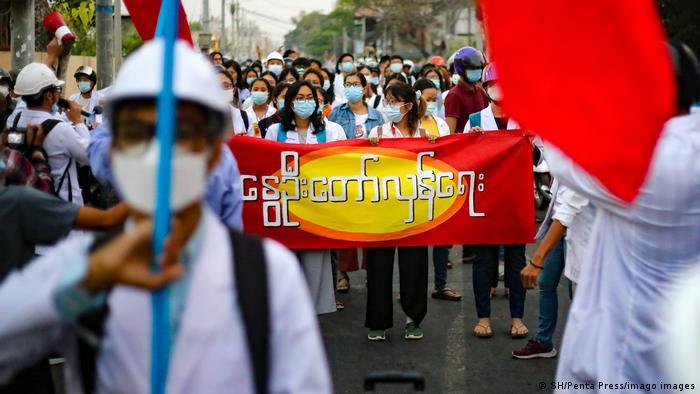 Demonstran antikudeta menggelar protes damai di Mandalay, Kamis (1/4)