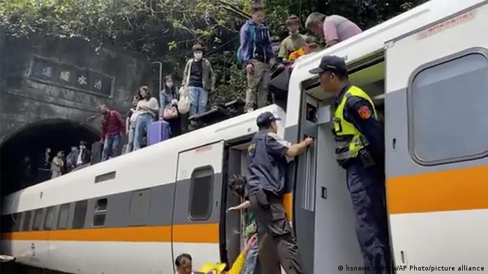 Accidente de tren en Taiwán: 50 fallecidos, 146 heridos en colisión con camión fuera de control.