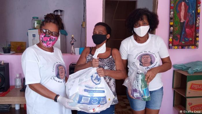 Membros da Coalizão Negra Por Direitos distribuem cestas básicas em Salvador.