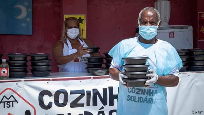 Voluntários do MTST em Cozinha Solidária em São Gonçalo (RJ).