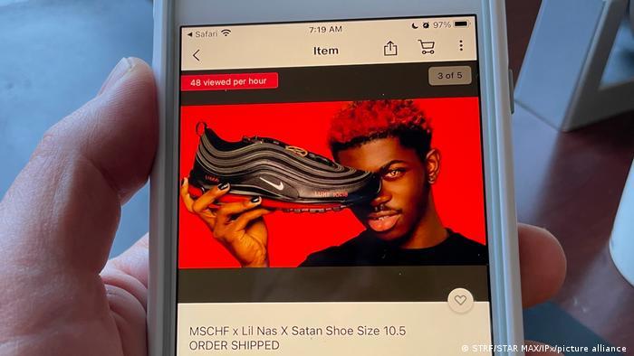 الشركة المصنعة للأحذية الشيطانية قالت إن فكرة منتجها تندرج في إطار الإبداع الفني وحرية التعبير (الصورة لعرض في اموقع التسوق إيبي)