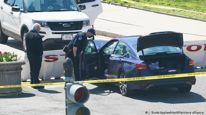 Полицейский у автомобиля, протаранившего ограждения у Капитолия в Вашингтоне, 2 апреля 2021 года