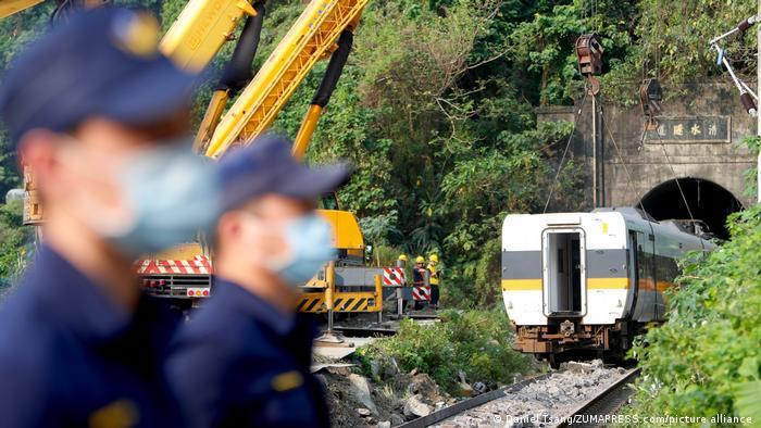 Taiwan Zug mit 490 Personen entgleist