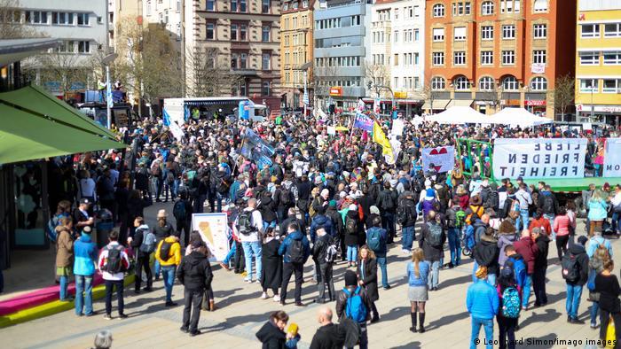 Manifestación ayer en Stuttgart contra las medidas para contener la pandemia.
