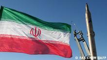 Iranische Flagge neben Rakete