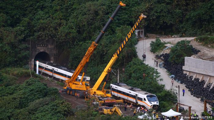Rescatistas trabajan en el lugar del accidente (03.04.2021)