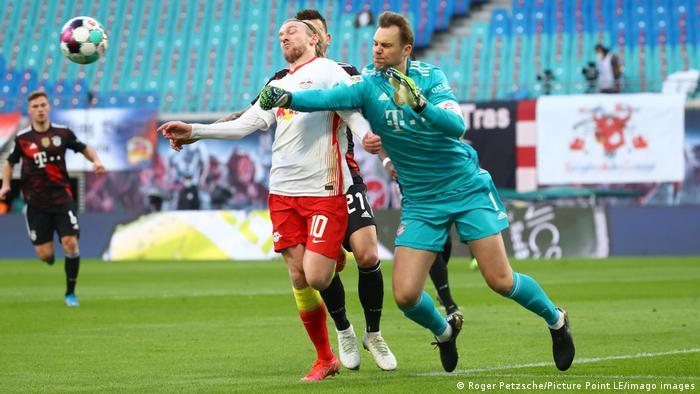 مانوئل نویر در این صحنه قاطعانه مانع گلزنی امیل فورسبرگ، مهاجم سوئدی تیم لایپزیگ شد.