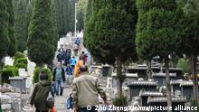 China | Menschen besuchen Gräber vor dem Qingming Festival