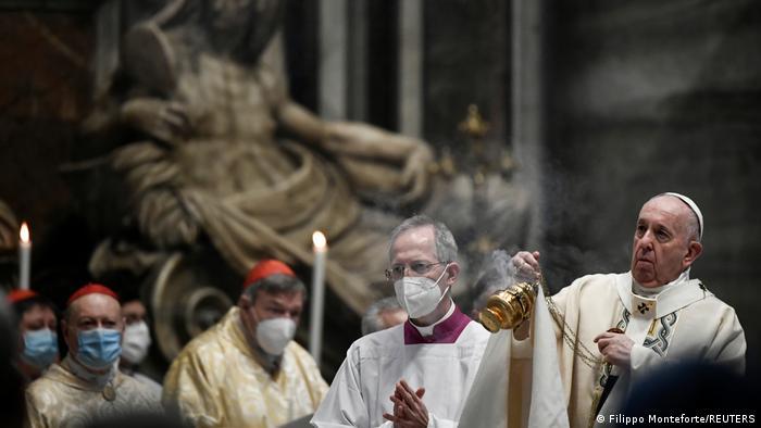 Vatikan Papst Franziskus feiert die Ostermesse