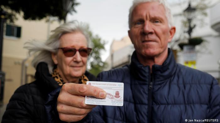 Dos británicos de Gibraltar muestran su comprobante de vacunación tras recibir la segunda dosis de Pfizer-BioNTech, el pasado 28 de marzo.