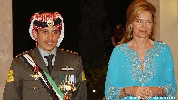 Ex-príncipe herdeiro, Hamza (esq.) é filho do rei Hussein, morto em 1999, com sua última esposa, a rainha Noor (dir.)