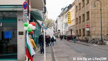 Leute, die vor einem Wahllokal in Köln stehen, um ihre Stimme an den Parlamentswahlen in Bulgarien am 4. April 2021 abgeben zu könen. Foto: Emiliyan Lilov