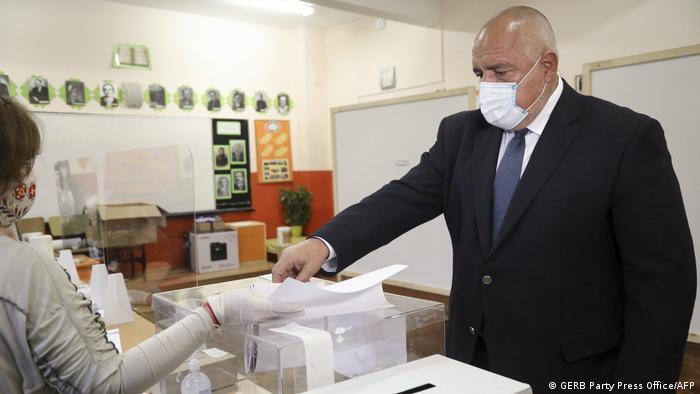 Премьер Болгарии Бойко Борисов в медицинской маске с избирательным бюллетенем